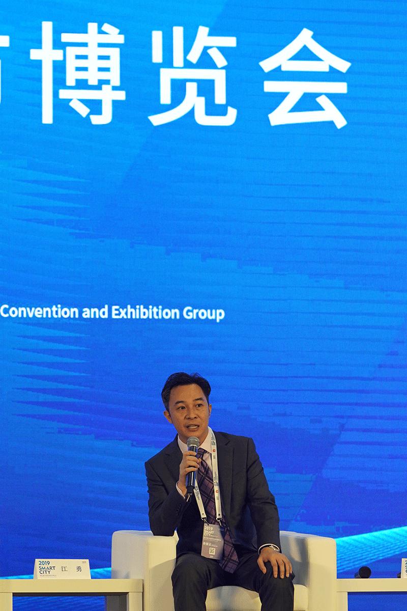 江勇在论坛中讨论智慧城市的建设。.png